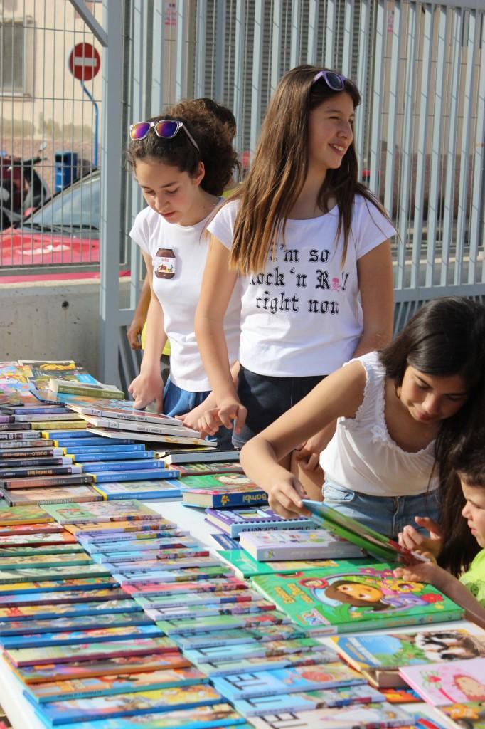 """Imagen de un """"mercadillo"""" de libros organizado en el centro. Foto NATALIA BERNABEU TOSSO"""