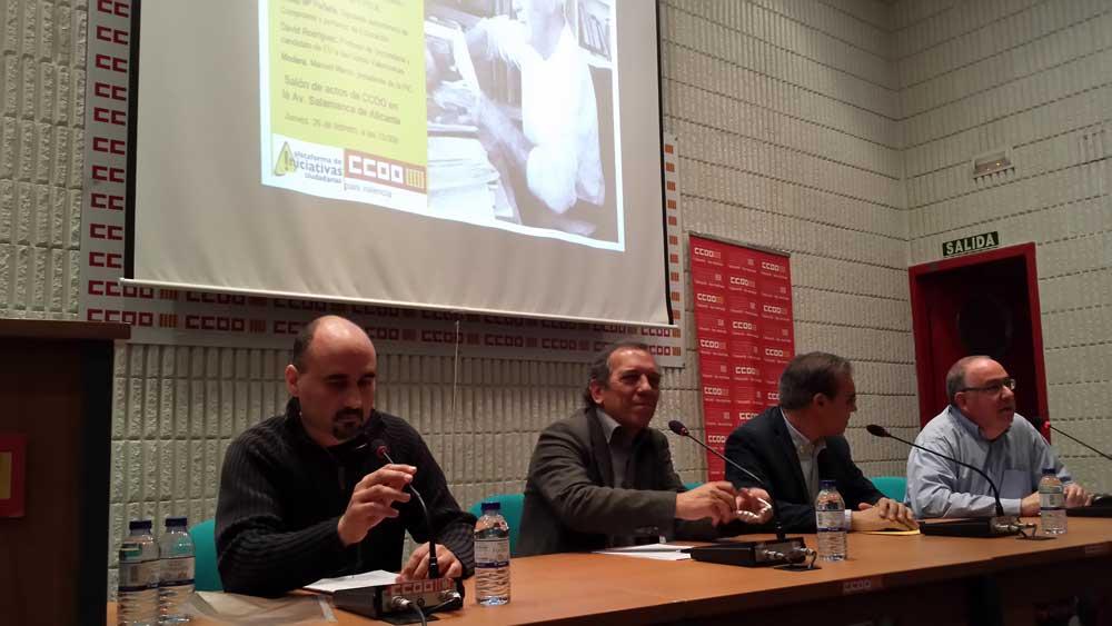De izquierda a derecha David Rodríguez (EU), Migue Soler (PSPV) y Josep Pañella (Compromís), los tres intervinientes en la mesa de debate sobre el futuro de la educación en la Comunidad Valenciana  moderada por el presidente de la PIC, Manuel Marco