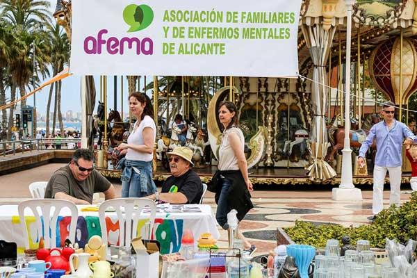 Imagen del mercadillo que los miembros de AFEMA llevan a cabo de forma regular en el Puerto de Alicante como forma de recaudar fondos y de hacer visible a la sociedad el trabajo de la asociación