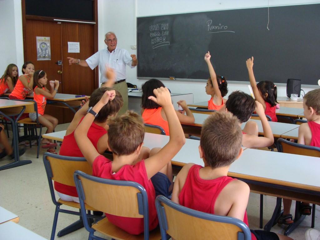 Ramiro en uno de los hábitat que más amó, en clase y buscando la complicidad de sus alumnos