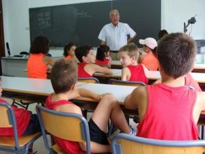Ramiro Muñoz en clase y junto a sus alumnos, uno de los escenarios que más amó