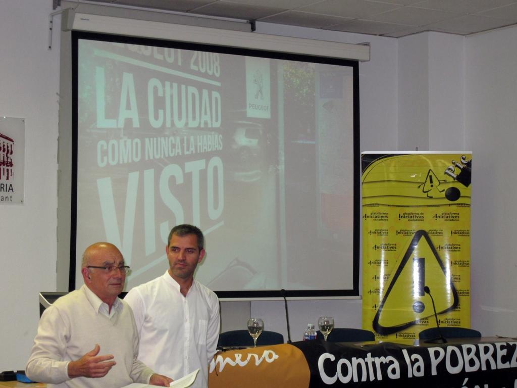 El presidente de la PIC, José Maria Perea, y Kike Romá, de la Plataforma contra la Pobreza y la Exclusión de Alicante, se dirigen a los asistentes al acto al terminar la presentación del Mapa de la Pobreza