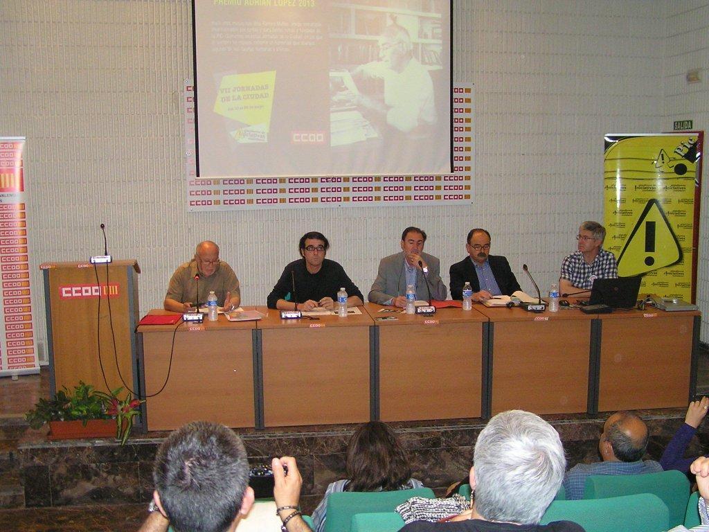 Los cuatro integrantes de la mesa de debate de la enseñanza pública junto al moderador del acto Isidoro Manteca (i)