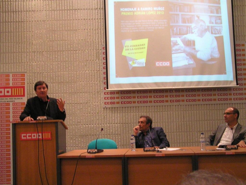 Antonio Gutiérrez durante su conferencia donde explicó que desigualdades y especulación están en el origen de todas las crisis del capitalismo. A su derecha, el catedrático de Historia Antonio Escudero y el rector de la UA, Manuel Palomar