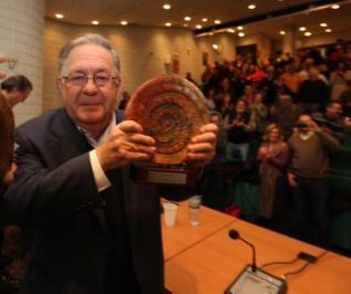Manuel Parra muestra el galardón del I Premio Ramiro Muñoz en defensa de la educación pública