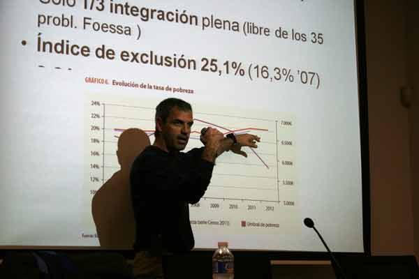 Kike Romá explica uno de los gráficos donde se refleja el avance de la pobreza y la exclusión social en la provincia en Alicante