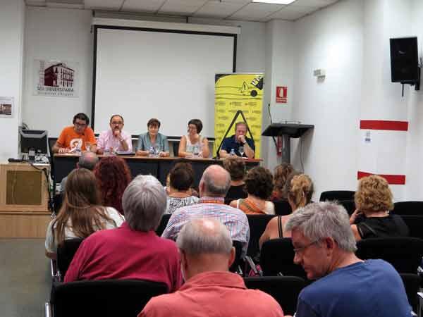 Imagen de la sala donde se celebró el debate organizado por la PIC sobre el inicio del curso y al que asistieron varias decenas de profesores, padres y alumnos