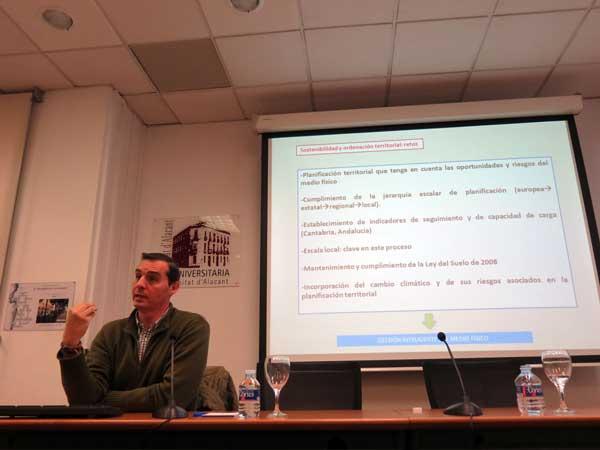 El catedrático de la UA Jorge Olcina durante un momento de su intervención en la apertura de las IV Jornadas Ciudad y Educación