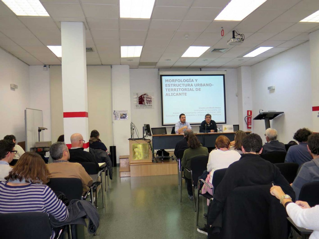 Imagen del inicio de la segunda sesión de las IV Jordas Ciudad y Educación y en la que se hizo un recorrido historico a la trama urbana de Alicante