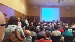 El salón de la Sala Rafael Altamira se quedó pequeño para acoger a los asistentes al debate organizado por la PIC