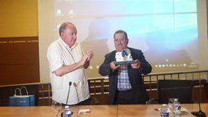 El presidente de AFEMA, Alfonso Rodríguez, recibe el galardón del IX Premio Adrián López de manos del presidente de la PIC, Manuel Marco