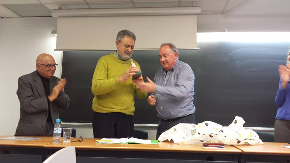 El presidente de la PIC,Manuel Marco, entrega el galardón del XI Premio Adrián López a Alfonso Arenas