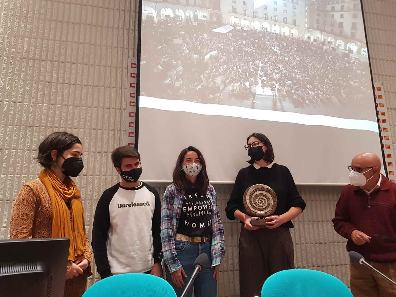 Cuatro miembros de Fridays For Future Alicante muestran el galardón del VII Premio Ramiro Muñoz ante la mirada de José María Perea